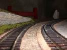 links die Mauer, zwischen den Gleisen sieht man den mit Sand gefüllten Raum