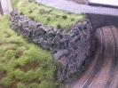 Neben den Gleisen setzen sich immer mehr Pflanzen durch.