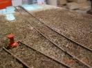 Die alten Gleisanlagen. Erde und altes Laub überdecken fast den gesammten Gleiskörper.