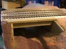 Die Brücke erhielt einen Grundanstrich. Alle Sandarbeite sind abgeschlossen. Das Foto entstand unmittelbar vor dem Lasieren des Geländes.