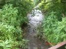Der Bach nördlich der Gleise beim alten Dorf.