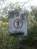 Vandalismus am Verbotsschild.
