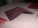 Das Dach aus Pappe und braun grundiert