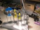 Knäuel aus Filterwatte werden an Schaschlikspießen eingefärbt ...